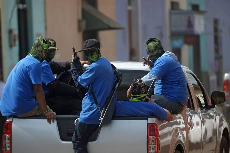 Grupo de paramilitares armados andam em camionete no bairro de Monimbó, que fica na cidade de Masaya (Nicarágua)