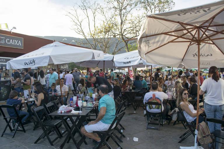 Pessoas comem em praça da cidade de Tiradentes (MG)