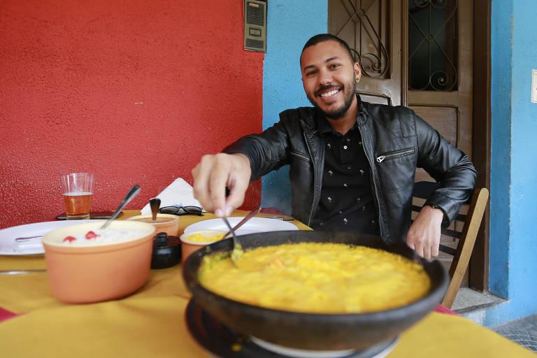 Rodrigo Lima, 31, saboreia uma moqueca no Consulado da Bahia