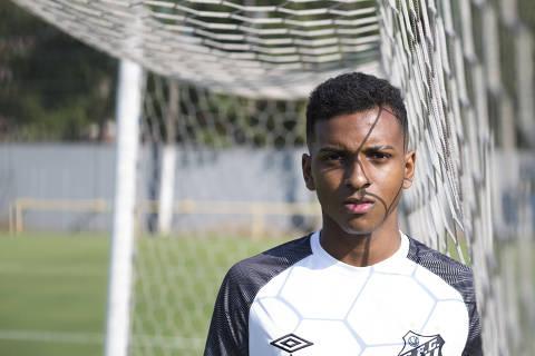 SANTOS, SP, BRASIL, 17-07-2018: Rodrygo Goes, jogador do Santos, posa para foto no CT do time. (Foto: Rafael Hupsel/Folhapress) *FSP- ESPORTES* EXCLUSIVO FOLHA***.