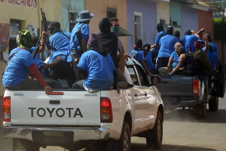Grupos de paramilitares armados percorrem o bairro de Monimbó, na cidade de Masaya, na Nicarágua