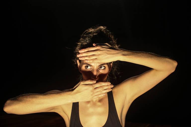 Andreia Nhur, do Katharsis Teatro, encena o espetáculo 'Mulher sem Fim'