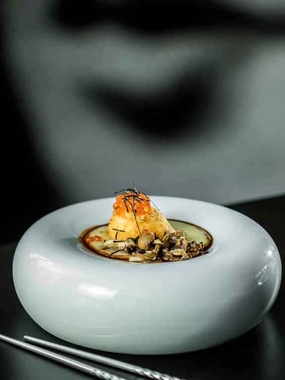 Ovo mollet, ovas de salmão, batata doce, cogumelos e jus de vegetais tostados do menu do Tessen, restaurante japonês no Itaim Bibi