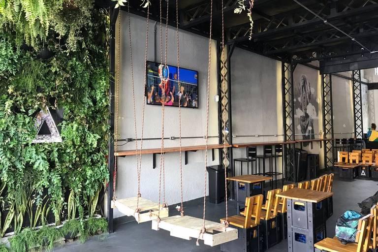 Bar Baze tem bancos e mesas feitos de madeira e caixotes