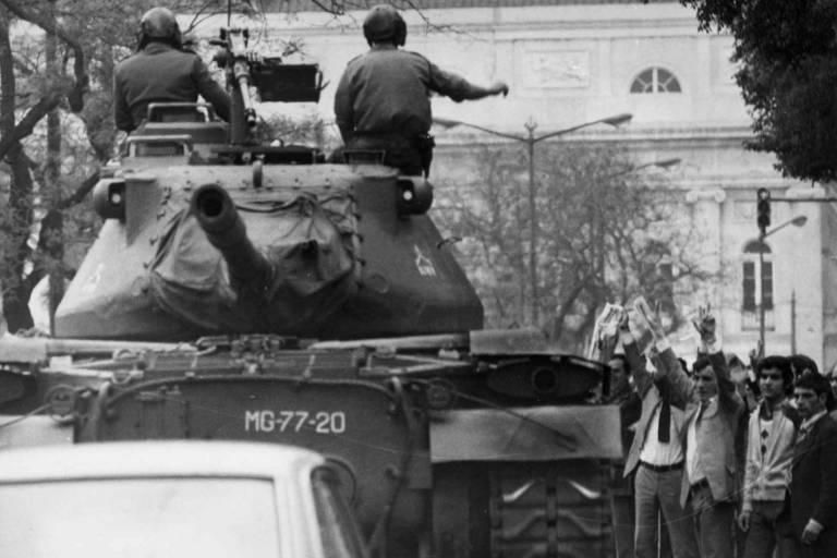 Soldados em cima de tanques durante a Revolução dos Cravos, que pôs fim a ditadura em Portugal