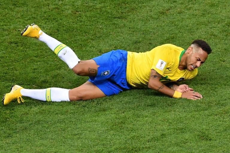 Neymar no chão durante a Copa do Mundo; atacante foi criticado por simulações