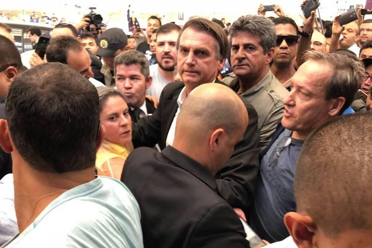 O presidenciável Jair Bolsonaro (PSL) é recebido por multidão no aeroporto de Goiânia na manhã desta quinta-feira (19)