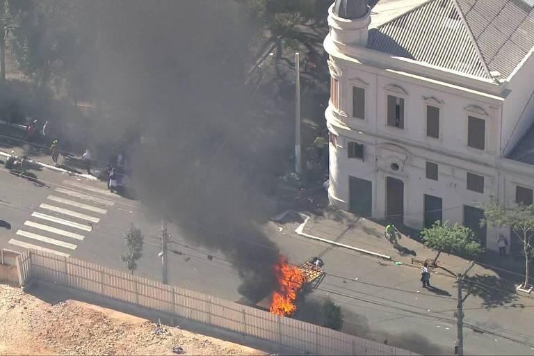 barricada com fogo fecha trânsito em rua na cracolândia