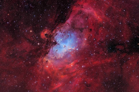 The Eagle nebula © Marcel Drechsler (Germany) The Eagle Nebula, also known as Messier 16, is a young open cluster of stars, surrounded by hot hydrogen gas in the constellation Serpens and lies at a distance of 7,000 light years from Earth. Taken at the Baerenstein Observatory in Germany, the photo is a RGB-Ha-OIII image and shows off the radiant red and blue colours of the nebula. In the centre you can spot the famous Pillars of Creation. Baerenstein, Germany, 9 August 2017 Celestron RASA telescope, Baader narrow band filters, Celestron CGEpro mount, ZWO Asi1600mmc camera, 620mm f/2.2 lens, ISO 139, 10.5 hours exposure. Insight Investment Astronomy Photographer of the Year 2018 shortlist gallery DIREITOS RESERVADOS. NÃO PUBLICAR SEM AUTORIZAÇÃO DO DETENTOR DOS DIREITOS AUTORAIS E DE IMAGEM
