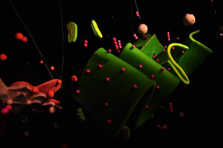 Faixa verde grossa com pontinhos vermelhos representando uma organela