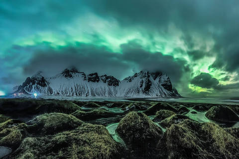 Magic © Jingyi Zhang (Australia) The magical Aurora Borealis explodes from the clouds and looms over the mountains in Stokknes on the south coast of Iceland. Snow has melted and created pools of water between the dunes, creating a perfect foreground for this image. Stokksnes, Iceland, 16 February 2018 Canon 5D mark III camera, 16mm f/1.6 lens, ISO 10000, 6/1 exposure. Insight Investment Astronomy Photographer of the Year 2018 shortlist gallery DIREITOS RESERVADOS. NÃO PUBLICAR SEM AUTORIZAÇÃO DO DETENTOR DOS DIREITOS AUTORAIS E DE IMAGEM