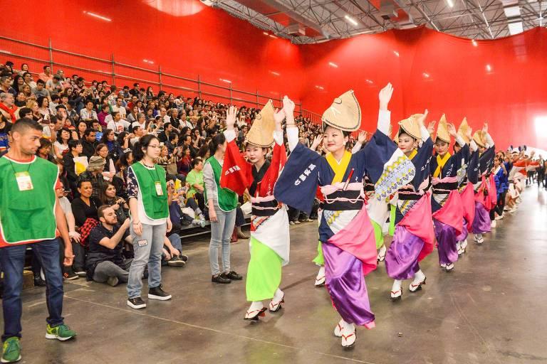 Mulheres japonesas dançam em festival