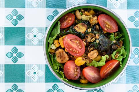 Salada do menu executivo do Lá da Venda: Alface, tomate cereja, milho, granola e molho de guaraná