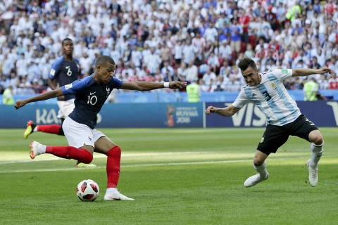 Argentina's Nicolas Tagliafico tries to block the kick by France's Kylian Mbappe, left, during the round of 16 match between France and Argentina, at the 2018 soccer World Cup at the Kazan Arena in Kazan, Russia, Thursday, June 28, 2018. (AP Photo/Ricardo Mazalan) ORG XMIT: VC200
