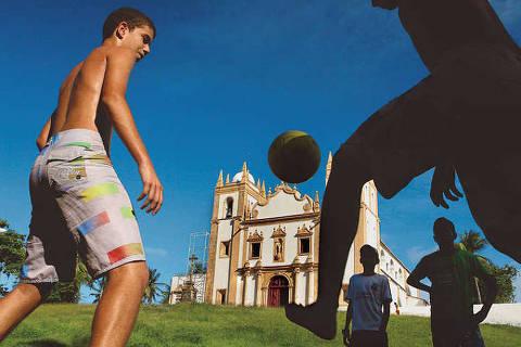 Mostra reúne imagens de futebol jogado fora dos estádios, nas cinco regiões do Brasil