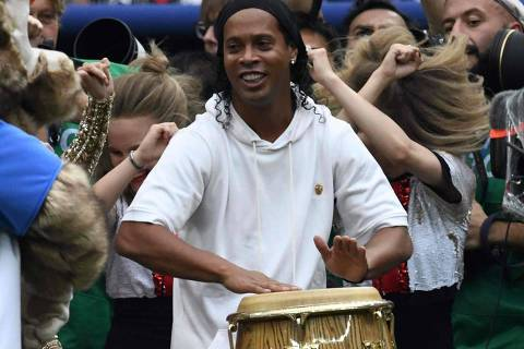 Former Brazilian artist Ronaldinho performs during the closing ceremony ahead of the Russia 2018 World Cup final football match between France and Croatia at the Luzhniki Stadium in Moscow on July 15, 2018. / AFP PHOTO / CHRISTOPHE SIMON / RESTRICTED TO EDITORIAL USE - NO MOBILE PUSH ALERTS/DOWNLOADS