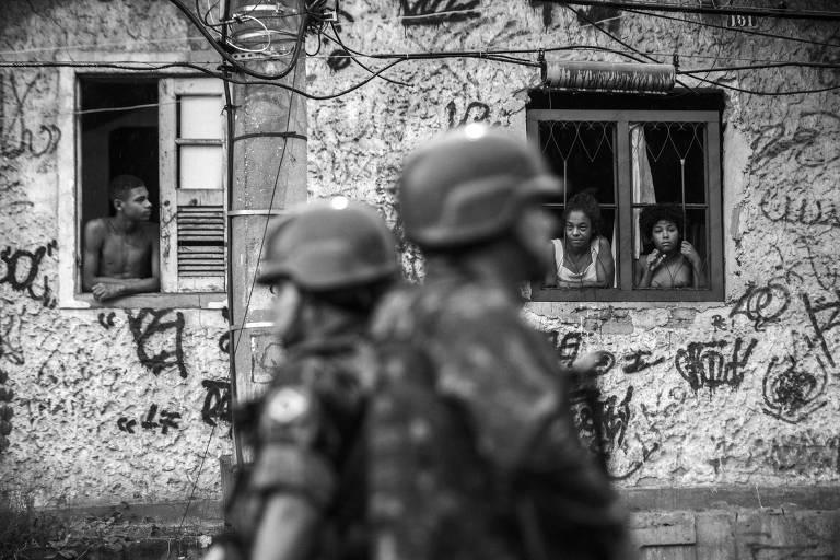 Soldados do Exército ocupam o complexo do Chapadão, na zona norte do Rio de Janeiro, no início da intervenção federal