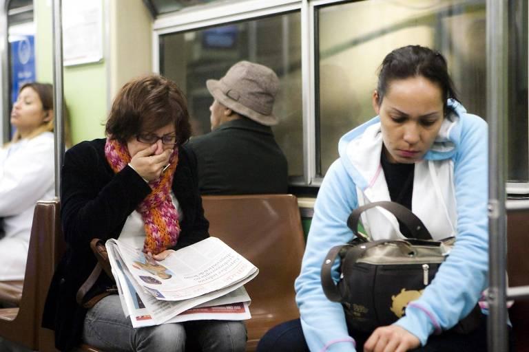 Pessoa espirra no metrô