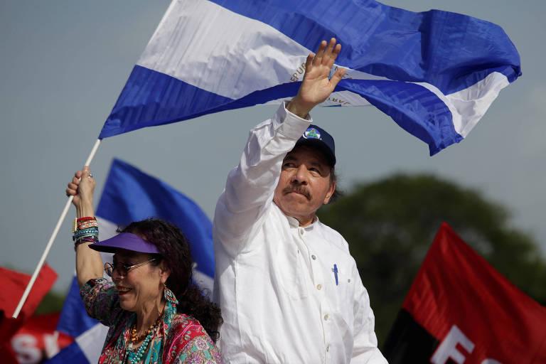 De camisa branca e boné preto, Ortega aparece no centro da imagem, acenando com a mão esquerda levantada. Abaixo à sua esquerda, está Murillo, com uma bandeira nicaraguense na não. Ao fundo, aparecem pedaços de outras bandeiras nacionais e da Frente Sandinista de Libertação Nacional, com as cores vermelha e preta.