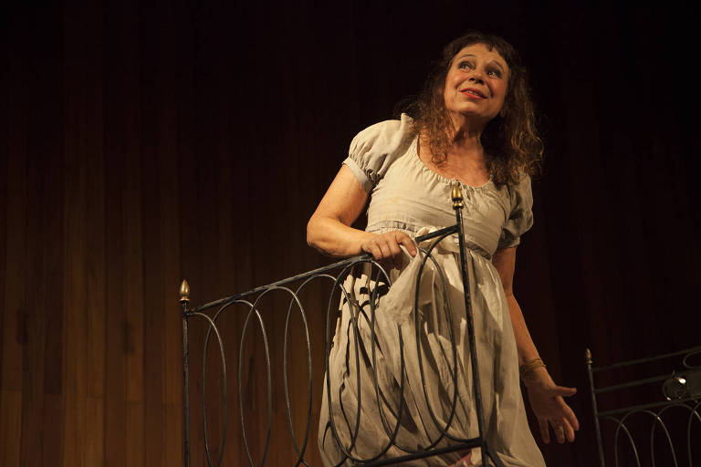 """A atriz Iara Jamra em cena do monólogo """"O Caderno Rosa de Lori Lamby"""", de Hilda Hilst"""