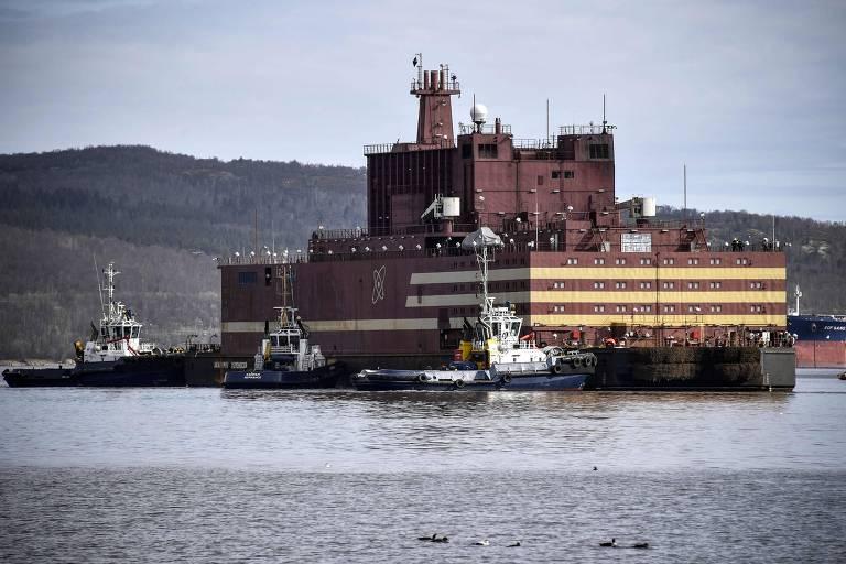 A barcaça Acadêmico Lomonosov em sua chegada no porto em Murmansk em maio