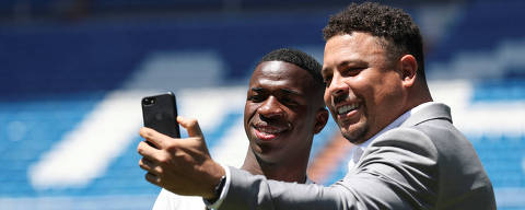 Soccer Football - Real Madrid presents new Brazilian teenager Vinicius Junior - Bernabeu Stadium, Madrid, Spain - July 20, 2018  Brazilian teenager Vinicius Junior, 18,  poses for a selfie with former Real Madrid player Ronaldo during the presentation. REUTERS/Susana Vera ORG XMIT: PDH120