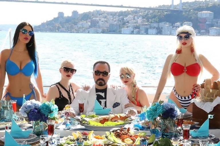 Adnan Oktar é uma controversa figura pública na Turquia, onde é conhecido por ser um televangelista, um pregador na TV