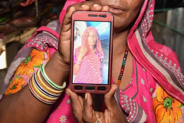 Shantadevi Nath, que aparece na tela do celular, foi morta por uma multidão