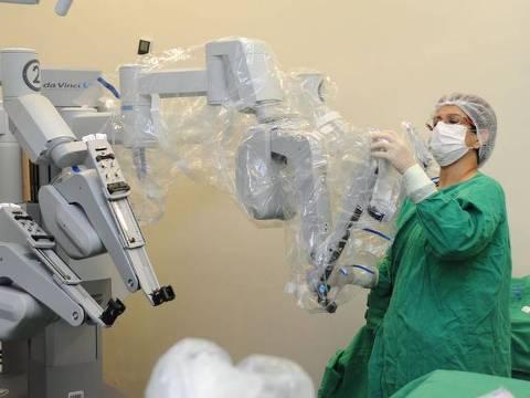 Robô Da Vinci auxilia em cirurgias no Inca