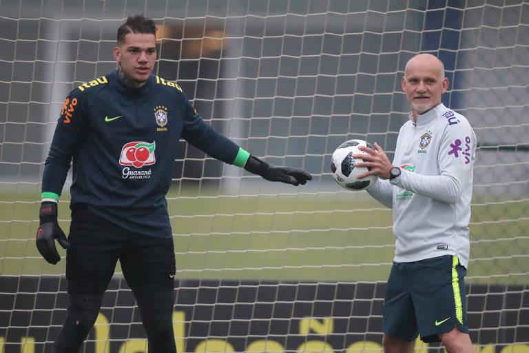 O goleiro tem apenas um jogo pela seleção brasileira: vitória por 3 a 0 sobre o Chile, na última rodada das eliminatórias para a última Copa do Mundo