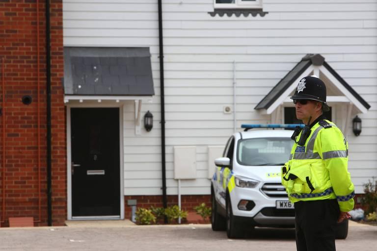 Policial fica de guarda na frente da casa de Charlie Rowley, em Amesbury, no sul da Inglaterra
