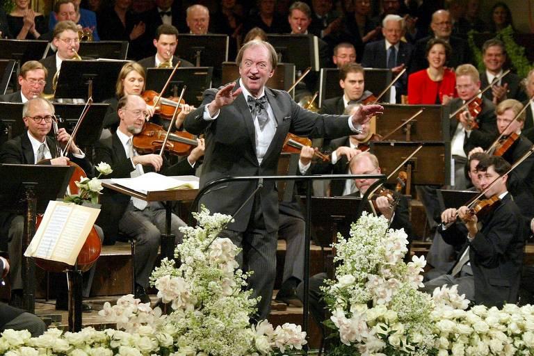 O maestro alemão Nikolaus Harnoncourt conduz concerto da Filarmônica de Viena, em 2003