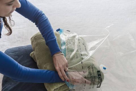 SAO PAULO, SAO PAULO, BRASIL, 08-09-2016: Organizadora Ana Paula Vanzan dar dicas de como guardar os cobertores da forma mais adequada. (Foto: Avener Prado/Folhapress, SOBRE TUDO) Código do Fotógrafo: 20516 ***EXCLUSIVO FOLHA***
