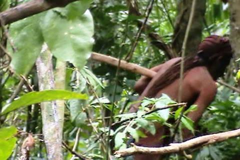 Índio que vive isolado na Terra Indígena Tanaru, em Rondônia