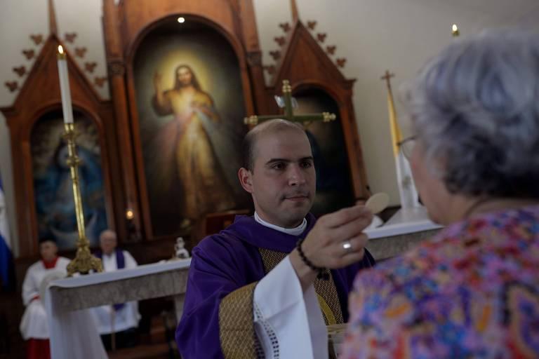 O padre Erick Alvarado durante missa em igreja em Manágua, na Nicarágua