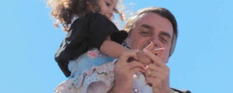 GOIANIA GO ,  19.07.208 , BRASIL O deputado federal Jair Bolsonaro (PSL-RJ) discursou ao lado dos seus apoiadores em Goiás ,na foto  Bolsonaro pegou criança no colo e a incentivou aempunhar simbolicamente uma arma. Credito Foto: Mais Goiás
