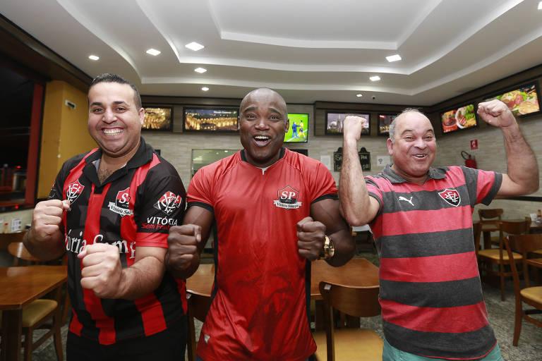 Paulo Sérgio de Jesus Mota (à esq.), 31,Tenistocles dos Santos Sacramento Jr., 38, e Ademilton Ramos dos Santos, 48, reúnem-se para torcer pelo Vitória