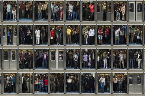 SAO PAULO, SP, 28.06.18: Usuarios do metro embarcam e desembarcam das portas dos vagoes na Estacao da Se, centro de Sao Paulo. Foto Julio Bittencourt, E Agora, Brasil? Transporte Publico *EXCLUSIVO FOLHA NÃO USAR SEM AUTORIZAÇÃO DA FOTOGRAFIA, DIREITOS RESERVADOS. NÃO PUBLICAR SEM AUTORIZAÇÃO DO DETENTOR DOS DIREITOS AUTORAIS E DE IMAGEM