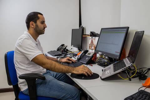 SÃO PAULO, SP, BRASIL, 02-04-2018:  Retrato de Guilherme Rodrigues, em seu escritório, São Paulo. Guilherme é engenheiro e fez alguns cursos de idiomas para aprimorar seus conhecimentos e conseguiu uma promoção. (Foto: Eduardo Anizelli/ Folhapress, CARREIRAS)