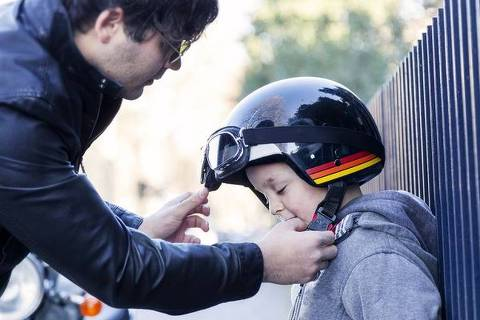 Pai coloca capacete em filho  ORG XMIT: AGEN1807201756931855