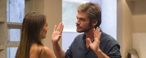 Beto tenta se reconciliar com Karola após se decepcionar com Luzia