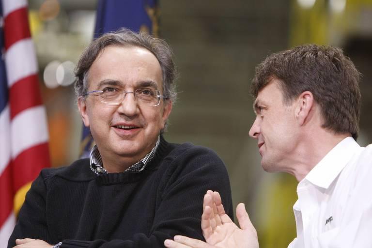Dois homens conversando sentados