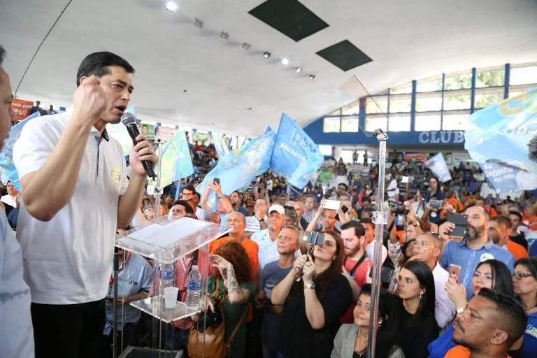 O candidato do PSD, Índio da Costa, em convenção no Rio, neste sábado (21)