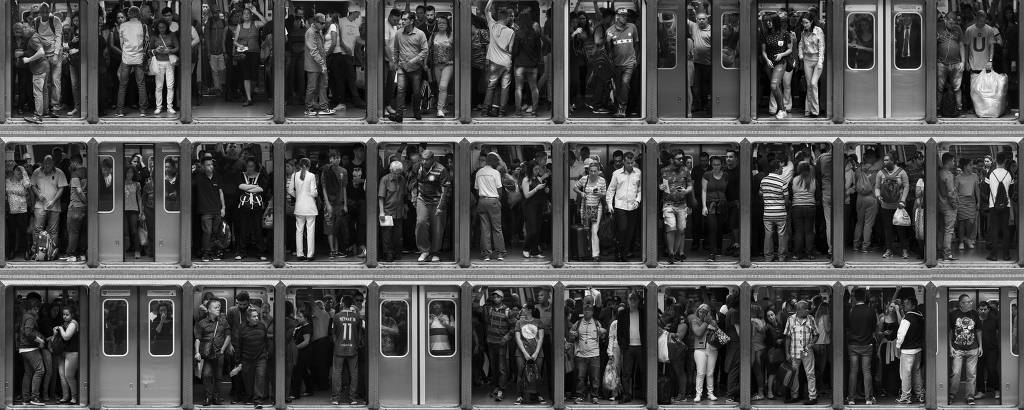 Montagem com cenas de embarque e desembarque de passgeiros na estação Sé, no centro paulistano