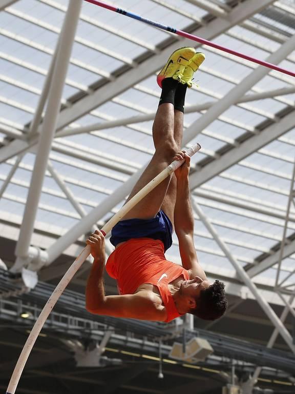 Thiago Braz participa da prova de salto com vara