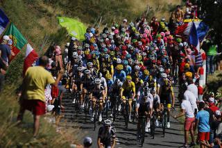Próxima dos ciclistas, torcida vira problema para a Volta da França