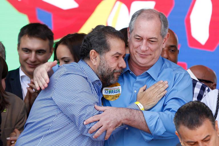 O presidente nacional do PDT, Carlos Lupi, abraça o candidato do partido à Presidência da República, Ciro Gomes, durante convenção nacional do partido