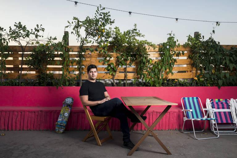Vitor Santos, sócio da Liv Up que registrou startup nos EUA, posa sentado ao ar livre