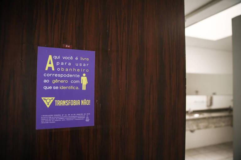 Na USP, banheiros ganharam adesivos após agressão a aluna trans