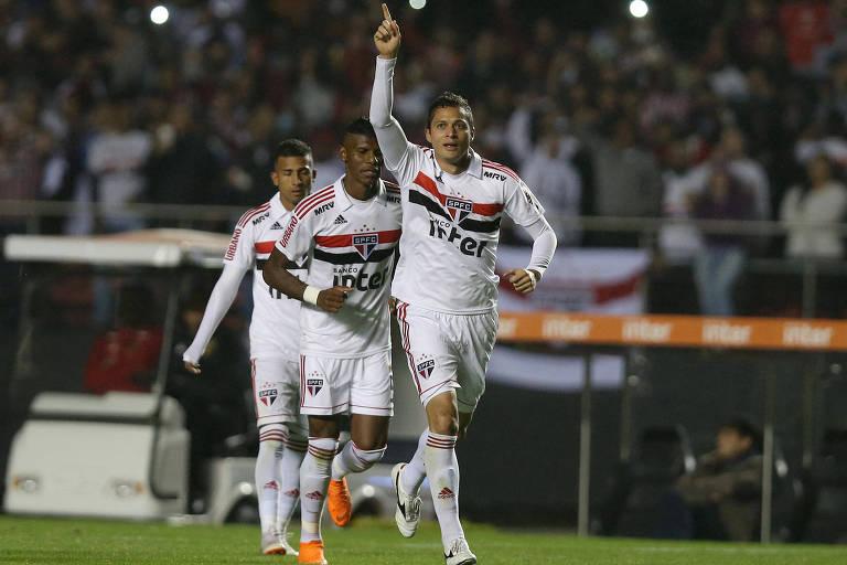 Anderson Martins marcou o primeiro gol do São Paulo na vitória sobre o Corinthians, no Morumbi